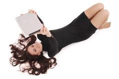 Adolescente feliz del estudiante que miente en el piso con PC de la tableta Foto de archivo