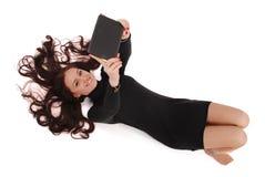 Adolescente feliz del estudiante que miente en el piso con PC de la tableta Foto de archivo libre de regalías