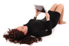 Adolescente feliz del estudiante que miente en el piso con PC de la tableta Fotos de archivo libres de regalías