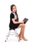 Adolescente feliz del estudiante que se sienta de lado en la escalera con t Fotografía de archivo