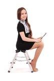 Adolescente feliz del estudiante que se sienta de lado en la escalera con t Imágenes de archivo libres de regalías