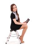 Adolescente feliz del estudiante que se sienta de lado en la escalera con t Imagenes de archivo