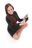 Adolescente feliz del estudiante que se sienta en el piso con el ½ del ¿del pï de la tableta Foto de archivo libre de regalías