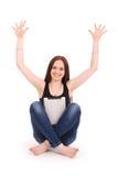 Adolescente feliz del estudiante que se sienta en el piso con la PC a de la tableta Fotos de archivo