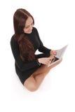 Adolescente feliz del estudiante que se sienta en el piso con PC de la tableta Fotografía de archivo libre de regalías