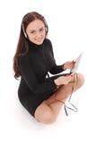 Adolescente feliz del estudiante que se sienta en el piso con PC de la tableta Imagenes de archivo