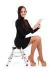 Adolescente feliz del estudiante que se sienta en la escalera con PC de la tableta Imagenes de archivo