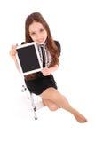 Adolescente feliz del estudiante que se sienta en la escalera con PC de la tableta Fotografía de archivo