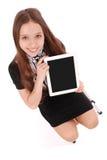 Adolescente feliz del estudiante que se sienta en la escalera con PC de la tableta Fotos de archivo