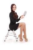 Adolescente feliz del estudiante que se sienta en la escalera con PC de la tableta Imágenes de archivo libres de regalías