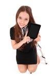 Adolescente feliz del estudiante que se sienta en la escalera con PC de la tableta Fotografía de archivo libre de regalías