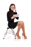 Adolescente feliz del estudiante que se sienta en la escalera con PC de la tableta Foto de archivo libre de regalías