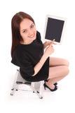 Adolescente feliz del estudiante que se sienta en la escalera y que muestra un t Imágenes de archivo libres de regalías