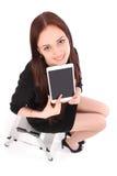 Adolescente feliz del estudiante que se sienta en la escalera y que muestra un t Imagenes de archivo