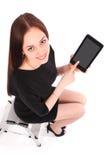 Adolescente feliz del estudiante que se sienta en la escalera y que muestra un t Foto de archivo