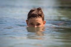 Adolescente feliz del retrato en agua de mar Imágenes de archivo libres de regalías