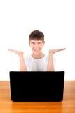 Adolescente feliz detrás del ordenador portátil Imagen de archivo