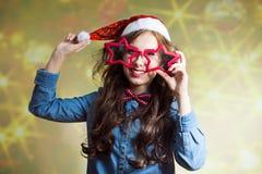 Adolescente feliz divertido en el sombrero de Papá Noel y Imagenes de archivo