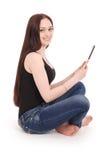 Adolescente feliz do estudante que senta-se lateralmente no assoalho com Ta foto de stock royalty free