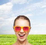 Adolescente feliz em óculos de sol cor-de-rosa Imagem de Stock