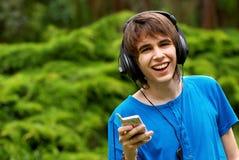 Adolescente feliz en auriculares Imagen de archivo libre de regalías
