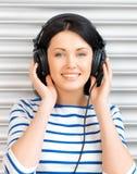 Adolescente feliz en auriculares grandes Fotografía de archivo libre de regalías