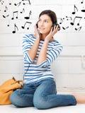 Adolescente feliz en auriculares grandes Fotos de archivo