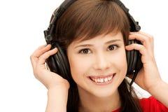 Adolescente feliz en auriculares grandes Fotos de archivo libres de regalías