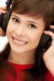 Adolescente feliz en auriculares grandes Imágenes de archivo libres de regalías