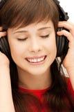 Adolescente feliz en auriculares grandes Fotografía de archivo