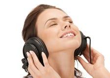 Adolescente feliz en auriculares grandes Imagenes de archivo