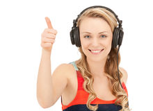 Adolescente feliz en auriculares grandes Imagen de archivo