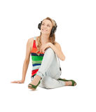 Adolescente feliz en auriculares grandes Foto de archivo libre de regalías