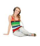Adolescente feliz en auriculares grandes Foto de archivo