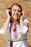 Adolescente feliz en blusa ucraniana tradicional Fotografía de archivo libre de regalías