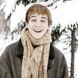 Adolescente feliz en bosque del invierno Fotografía de archivo