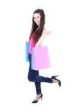 Adolescente feliz en camiseta rosada con los bolsos de compras Imagenes de archivo