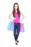 Adolescente feliz en camiseta rosada con los bolsos de compras Fotografía de archivo libre de regalías
