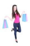 Adolescente feliz en camiseta rosada con los bolsos de compras Fotos de archivo libres de regalías