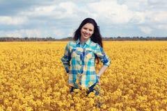 Adolescente feliz en campo amarillo del verano Fotos de archivo libres de regalías