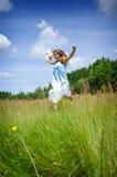 Adolescente feliz en campo del verano Foto de archivo libre de regalías
