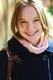 Adolescente feliz en capa Foto de archivo