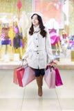 Adolescente feliz en centro comercial Imagenes de archivo
