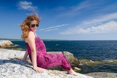 Adolescente feliz en costa sueca Foto de archivo