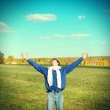 Adolescente feliz en el campo Fotografía de archivo libre de regalías