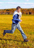 Adolescente feliz en el campo Fotografía de archivo