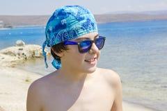Adolescente feliz en el mar Imagenes de archivo