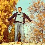 Adolescente feliz en el otoño Foto de archivo libre de regalías