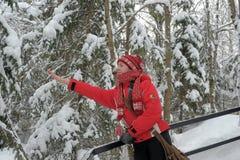 Adolescente feliz en el paisaje de la nieve Imagen de archivo