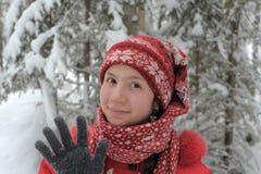 Adolescente feliz en el paisaje de la nieve Fotos de archivo
